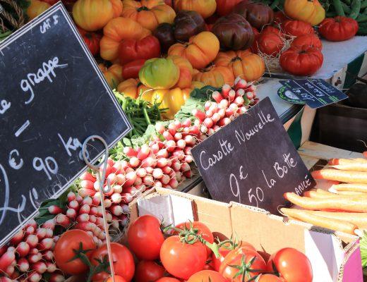 Fruits et légumes frais, producteurs locaux au marché de Vannes ©LK-Morbihan Tourisme