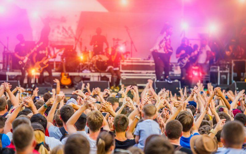 Scène de festival de musique : rendez-vous dans le Morbihan pour la fête de la musique le 21 juin
