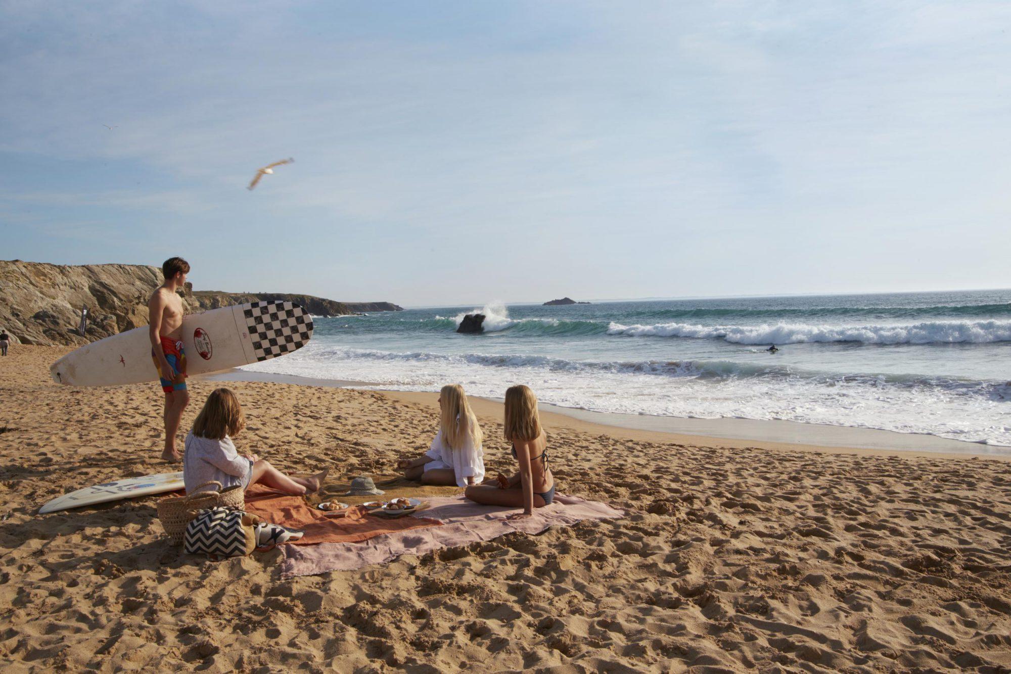 Surf et pique-nique entre amis sur une plage de la côte sauvage à Quiberon