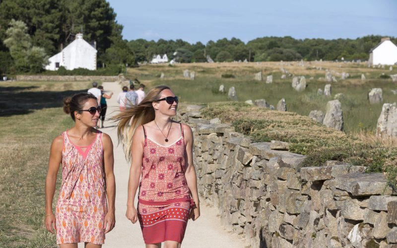 Balade sur un sentier longeant les alignements de Carnac © Fanch Galivel