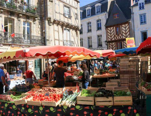Le marché a lieu en plein coeur du centre historique, au milieu des maisons à pans de bois © Loïc KERSUZAN - Morbihan Tourisme