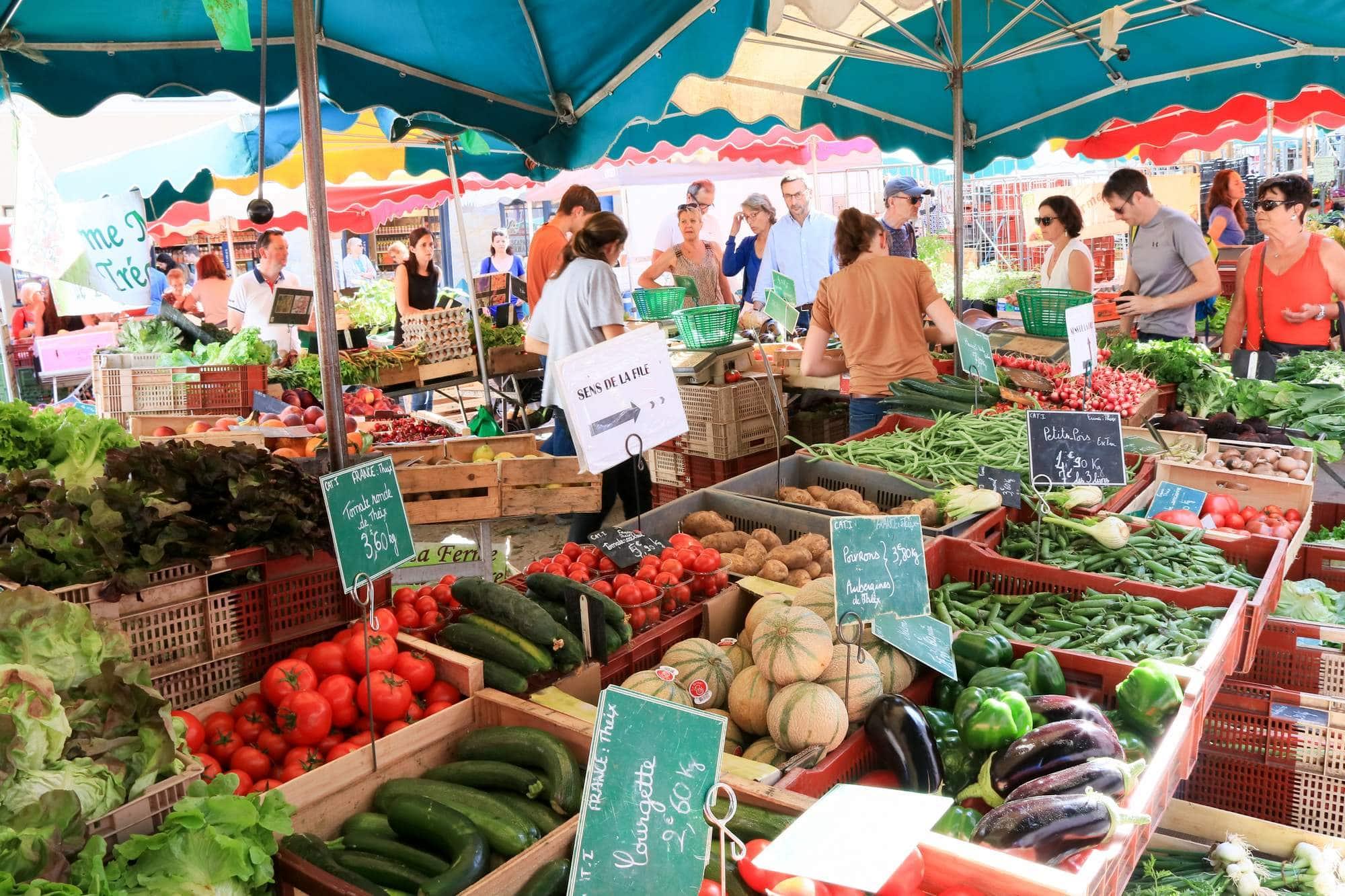 De nombreux producteurs locaux vendent leurs produits en direct sur le marché de Vannes © Loïc KERSUZAN - Morbihan Tourisme