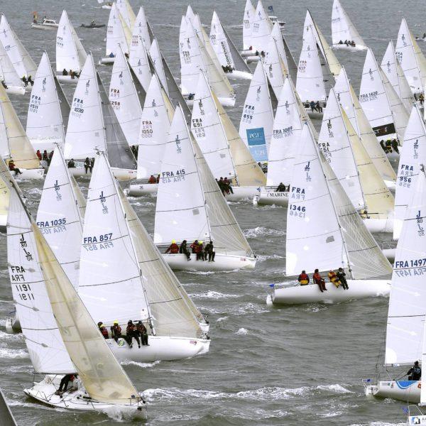 Départ des équipages de la classe J80 40ème édition du Spi Ouest-France Destination Morbihan. Compétition de voile organisée par la Société nautique de La Trinité-sur-Mer et parrainée par le quotidien Ouest-France.