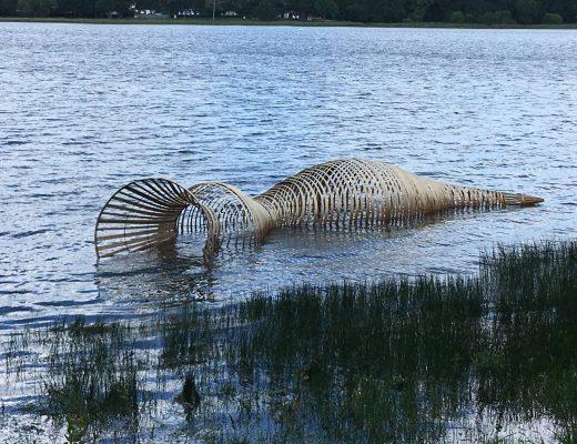 La Nasse du Dragon, œuvre flottante réalisée par Sophie Prestigiacomo et Régis Poisson © OT Ploërmel Communauté