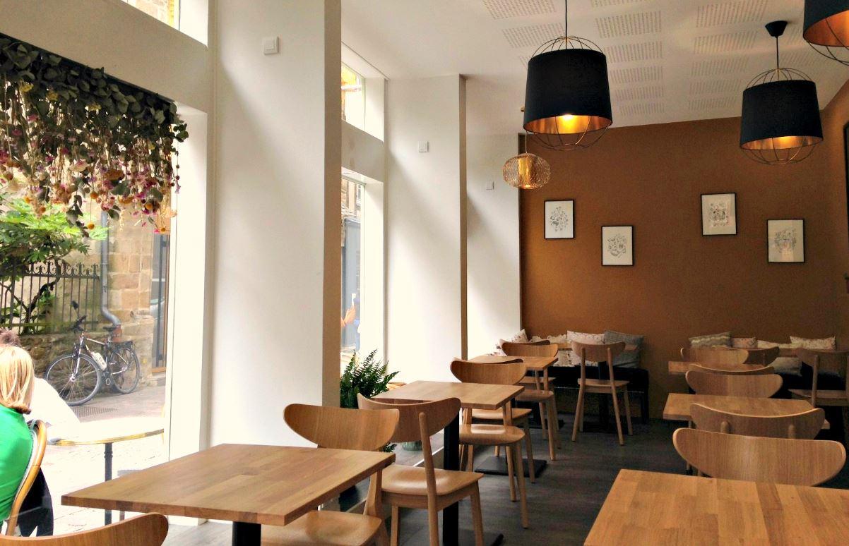 Salle du café des orfèvres à Vannes, salon de thé et restauration, cuisine maison, produits locaux